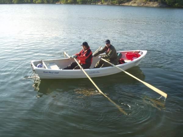 Стартовав из укрытия островов побережья Порккала, мы начали грести с умеренным темпом, где каждый попробовал найти свой ритм, подобрал для себя удобную одежду и подходящее место в лодке. Выйдя в открытое море, скорость увеличилась, вода была гладкой, и у большинства команд пробудился соревновательный дух. На гладкой воде скорость достигала 3,5 узла. Конечно же, было оговорено, что будем оставаться в радиусе пары миль от сопровождающего судна.