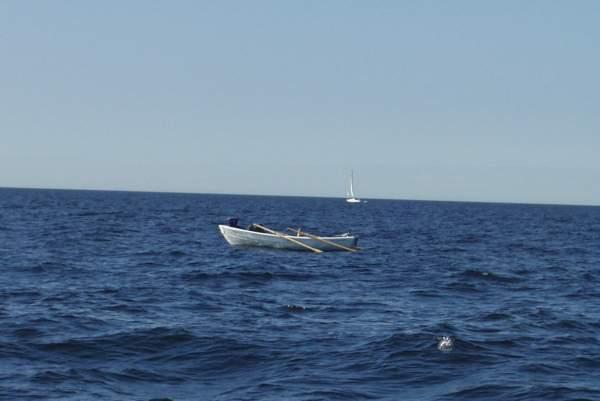 На фарватере движение было относительно редким, но зато с запада начало приходить все больше и больше барашков, поскольку большая часть морской поверхности была под властью ветра, дующего со скоростью 10 м/с. Поход осложняло сложение волн, идущих от кораблей и создаваемых ветром. Расставило точки над «i» достижение укрытия северной оконечности острова Найссаар. Волны огибали северный мыс острова и становились беспорядочными. И, как всегда, после преодоленных трудностей вновь появилась гладкая вода. Лес острова Найссаар приглушил ветер, и Ханну и Юкка причалили на лодке Kiili Paat 440 в порту Найссаар на полтора часа раньше остальных.