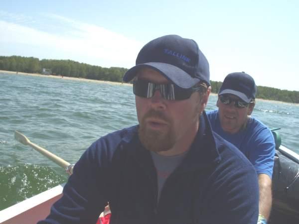 Roere i Kiili båt 440 Hannu Backman og Jukka Hietanen har også deltatt på store rokonkurranser. Hannu kan vise fram medalje fra Sulkava Soutu. Rekken av roere trakk ut og ble meget lang.  Hannu og Jukka utnyttet tida på beste måte ved å sove (på bildet) og ventet på at andre skulle komme etter.
