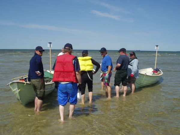 11.06. rundt klokken 10 skjøv vi båtene på vannet. Overflødige sekker, telt og soveposer gav vi til sikkerhetsbåten. Da måtte også jeg gripe til årene. 2,5 timer på den bakerste robenken av Kiili båt 440 gjorde at jeg som den eneste av hele gjengen fikk  blemmer  i hendende.
